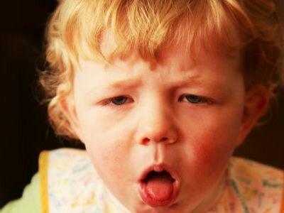 Почему ребенок давится слюной